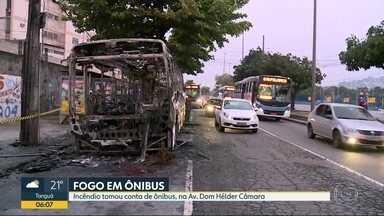 Incêndio toma conta de ônibus na Avenida Dom Hélder Câmara - Um ônibus pegou fogo na Avenida Dom Hélder Câmara na manhã desta quarta-feira (22). Segundo o motorista, uma falha no sistema elétrico teria causado o incêndio.
