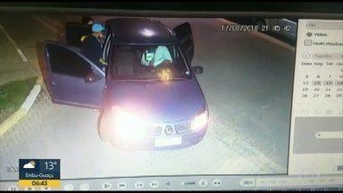 Mãe é assaltada com o filho de 9 meses dentro do carro em Hortolândia, interior de SP - Câmeras de segurança flagraram ação dos bandidos. A mãe precisou tirar o filho do banco de trás enquanto tinha o carro roubado.