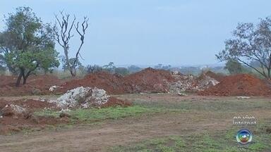 Terreno onde funciona garimpo ilegal continua aberto em Sorocaba - O terreno da antiga fábrica Saturnia, onde funciona um garimpo clandestino de chumbo, ainda não foi fechado em Sorocaba (SP).