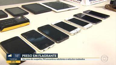 Homem é preso em Sabará, na Grande BH, suspeito de receptar produtos roubados - Na casa dele, a PM apreendeu vários celulares que seriam roubados.