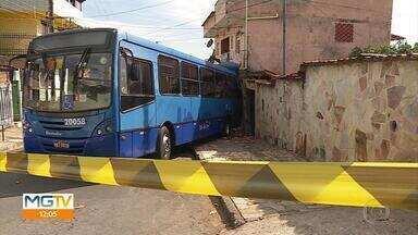Ônibus desgovernado bate em táxi e atinge duas casas em Belo Horizonte - Duas mulheres ficaram feridas. Acidente ocorreu na Região Nordeste na manhã desta quarta-feira (22).