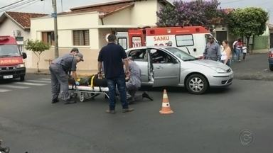 Bairro de Bauru registra segundo acidente em dias seguidos - O acidente entre dois carros foi no cruzamento das ruas Rui Barbosa com Padre Nóbrega, no bairro Bela Vista. Esse é o segundo acidente registrado em apenas dois dias na mesma região desse bairro. Uma mulher teve ferimentos leves.