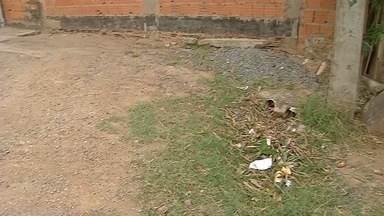 Escoamento de água da chuva e da limpeza de escola incomoda moradores de alameda - Moradores estão reclamando do escoamento da água da escola municipal Djalma de Sampaio Brasil.