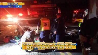 Ônibus que levava time de SC colide com carro e dois ficam feridos em Blumenau - Ônibus que levava time de SC colide com carro e dois ficam feridos em Blumenau