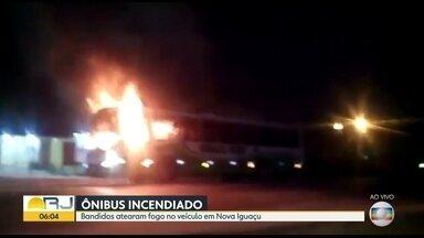 Bandidos incendeiam ônibus na BR-465, em Nova Iguaçu - Bandidos queimaram ônibus em Nova Iguaçu, na Baixada. O veículo foi atacado na BR-465 perto da 0h. Nas redes sociais, moradores chegaram a falar que dois ônibus foram incendiados. A polícia não confirma.