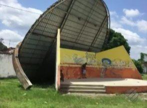 Um vendaval arrancou a cobertura de um palco na Cidade Nova 6 - As pessoas próximas do local ficaram assustadas.