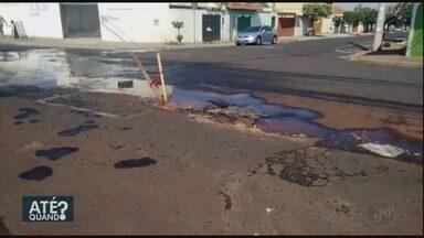 Moradores cobram conserto de vazamento de água limpa em Ribeirão Preto - Problema acontece há um mês na esquina das ruas José Benedito da Silva e Raphael de Lucca.
