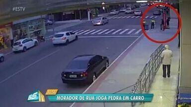 Vídeo mostra pessoa em situação de rua jogando bloco de pedra em carro em Vila Velha, ES - Caso aconteceu em Itaparica, no fim da noite desta quarta-feira (22). Dentro do veículo estacionado estava um advogado que aguardava a esposa sair do trabalho.
