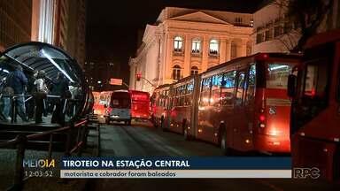 Bandidos tentam assaltar ponto de ônibus no centro de Curitiba - Foi no fim da tarde quando trabalhadores voltavam para casa e o movimento de pessoas é grande.