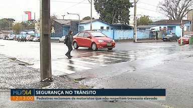 Pedestres reclamam de motoristas que não respeitam travessias elevadas em Ponta Grossa - Na cidade há 110 travessias elevadas para pedestres.