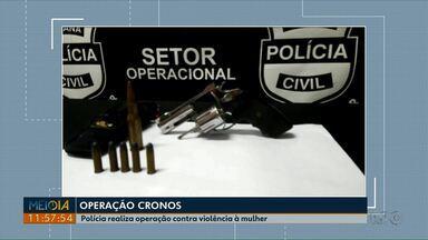Polícia faz operação contra crimes de feminicídio em várias cidades do Paraná - A Operação Cronos fez um mutirão para cumprir mandados de busca e apreensão em inquéritos relacionados a crimes contra mulheres.
