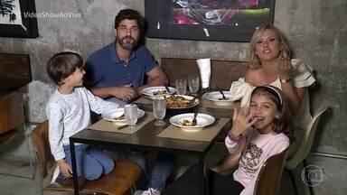 Bruno Cabrerizo apresenta seus filhos e fala da rotina em Milão - Ator mora na Itália e revela que está solteiríssimo