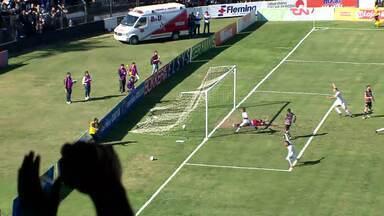 Gol do Operário-PR! Alisson bate na entrada da área, a bola desvia e entra - Gol do Operário-PR! Alisson bate na entrada da área, a bola desvia e entra contra o Santa Cruz