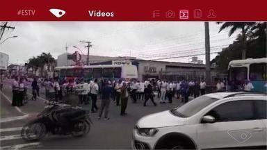 Motoristas e cobradores do transporte coletivo de Vila Velha fazem protesto na Glória - Eles pedem o fim do transporte clandestino no município.