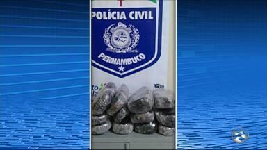 Suspeito de tráfico de drogas é preso com mais de 12 kg de maconha em Ibimirim - Além da grande quantidade do entorpecente, também foram apreendidas quatro espingardas.