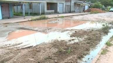 Moradores de Santana do bairro provedor 2 sofrem com a buraqueira nas ruas, no AP - Trecho da passarela 20 que dá acesso a Macapá está intrafegável