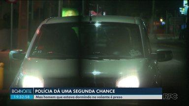 Motorista dorme ao volante no meio da rua e é acordado pela polícia - O rapaz acabou preso, suspeito de dirigir bêbado.