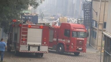 Parte da fábrica atingida por um incêndio neste fim de semana voltou a funcionar em Itu - Parte da fábrica atingida por um incêndio neste fim de semana, em Itu (SP), voltou a funcionar nesta segunda-feira (27). Alguns galpões da empresa, que fabrica revestimentos de carros, foram destruídos pelo fogo.