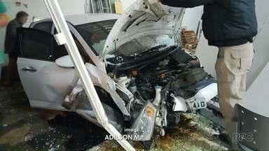 Motorista perde controle da direção do carro e invade escritório em Maringá - De acordo com a Polícia Militar, motorista se negou a fazer teste de bafômetro; ela teve ferimentos leves e foi levada a um hospital da cidade.