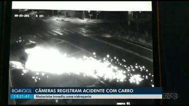 Motorista perde o controle do carro e invade vidraçaria - Ela foi notificada porque se recusou a fazer o bafômetro