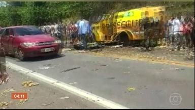 Bandidos explodem carro-forte no Pará e moradores saqueiam dinheiro espalhado no local - Os bandidos renderam os segurancas e explodiram o veiculo. Moradores que estavam no local levaram dinheiro deixado para trás pelos criminosos.