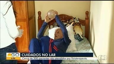 Projeto de fisioterapia faz sessões de reabilitação na casa dos pacientes, em Morrinhos - São usados objetos do dia a dia, como cabo de vassoura e garrafas de plástico.