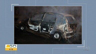 Carro pega fogo no Bairro Hilda, em Aparecida de Goiânia - Veículo ficou completamente destruído.