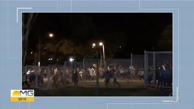 Integrantes de torcidas do Cruzeiro se enfrentam no entorno do Mineirão, na Pampulha - Polícia Militar precisou usar balas de dispersão. Ninguém foi preso.