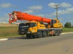 Falta de sinalização pode ter provocado um acidente envolvendo um caminhão em Paragominas - O caminhão caiu dentro de um rio.