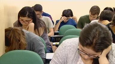 Estudantes de Manaus se preparam para o Enem - Professores indicam a atualização constante dos fatos.