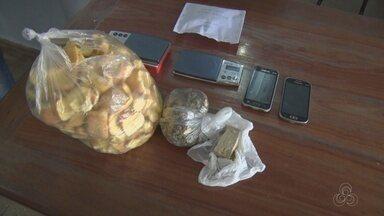 Em Itacoatiara, no AM, mulher presa com drogas escondidas em torradas - Polícia fez buscas na casa da suspeita e encontrou mais drogas.
