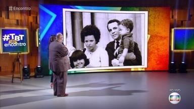 Ed Motta relembra foto da infância ao lado da família - Cantor se emociona ao rever vídeo cantando com a mãe e conta que perdeu os dois pais no mesmo ano