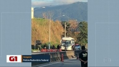 Ônibus fretado fica em poder de sequestrador na Rio-Santos - O criminoso rendeu o motorista na altura de Mangaratiba, o ônibus transportava funcionários de uma empresa. Os reféns ficaram em poder do bandido por 1 hora, na altura de Itaguaí, a Polícia Rodoviária Federal prendeu o assaltante.