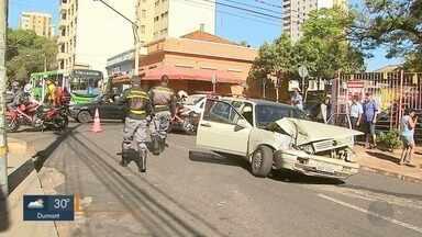 Carro bate em ônibus na Rua Mariana Junqueira em Ribeirão Preto - Rua Tibiriçá foi interditada, mas ninguém ficou ferido.