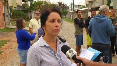 Moradores de residencial de Rio das Ostras, RJ, reclamam das condições do local - Assista a seguir.