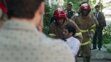 Emílio aciona o alarme de incêndio para escapar de Samuca - Samuca parece não acreditar no incêndio