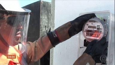 """Técnicos da Light descobrem """"gato"""" de luz em condomínios da Barra da Tijuca, no Rio - Os técnicos da concessionária responsável pelo fornecimento de energia no Rio de Janeiro fizeram uma mega operação, com a ajuda da polícia, para combater fraudes e relógios adulterados."""