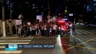 Manifestantes ocupam a Avenida Celso Garcia, no Tatuapé - Protesto é contra mudanças implantadas pela CET no trânsito do local.