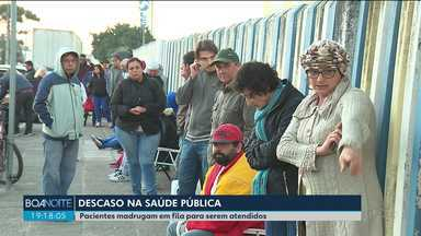 Pacientes madrugam em fila de Unidade Básica de Saúde para conseguir consulta - Situação ocorreu em São José Dos Pinhais, região de Curitiba.
