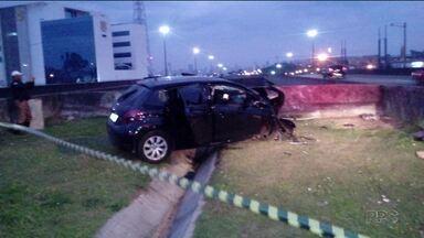 Acidente na Avenida das Torres deixa uma pessoa morta - O carro em que estava um homem de 67 anos bateu em uma mureta.