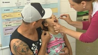 """'Dia D': 7 cidades da região oferecem imunização contra pólio e sarampo neste sábado - Cidades da região tentam alcançar a meta de imunização de crianças contra sarampo e poliomielite. É o terceiro """"Dia D"""" de vacinação e todos os postos de saúde de Sorocaba e Itupeva ficam abertos para imunizar crianças de 12 meses a menores de cinco anos."""