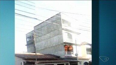 Apartamento pega fogo no bairro Vila Lenira, em Colatina, ES - Mãe e dois filhos estavam em casa e foram socorridos por vizinhos.