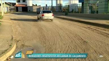 Moradores reclamam de buracos no bairro São Miguel após execução de obra, em Colatina, ES - Obras foi feita pelo Sanear.