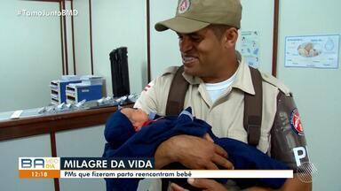 Exemplo: PMs que fizeram parto reencontram bebê no interior - Os policiais fizeram o parto em um carro, no sul do estado.
