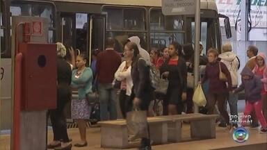 Moradores de Catanduva encontram passagem de ônibus mais cara nesta segunda-feira - A passagem de ônibus em Catanduva (SP) sofreu um novo reajuste no fim de semana, mas, somente nesta segunda-feira (3), os moradores perceberam a mudança quando saíram para trabalhar.