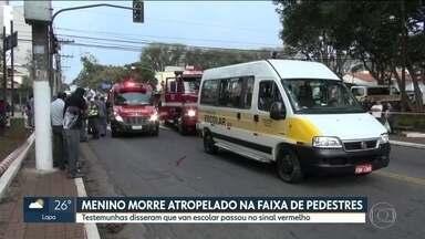 Menino morre atropelado na faixa de pedestres, no Jabaquara - O menino de 5 anos estava com a cuidadora, atravessando a rua na faixa de pedestres, quando os dois foram atingidos por uma van escolar. Testemunhas disseram que a van passou no sinal fechado.