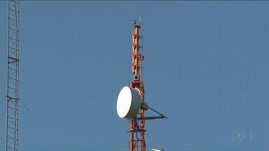 Equipe da RPC orienta morador sobre a instalação do kit da TV Digital - O sinal analógico vai ser desligado em 41 cidades do Noroeste no dia 28 de novembro.