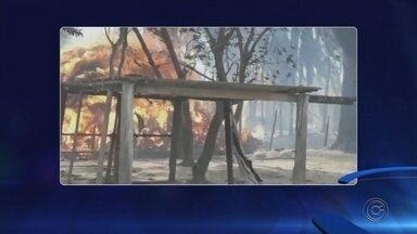 Incêndio destrói três casas e parte de canavial em Planalto - O incêndio em um canavial destruiu casas e deixou famílias desabrigas, na tarde deste domingo (2), em Planalto (SP).