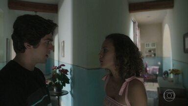 Alex confronta Maria Alice sobre Rei - Maria Alice fica chocada quando Alex a acusa de ser apaixonada pelo ex