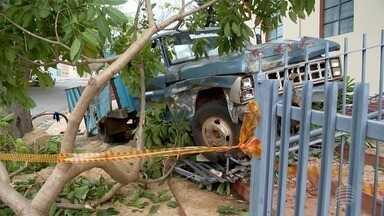 Caminhão tomba em frente de capela em Presidente Prudente - Veículo perdeu o freio.